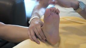 Un uomo sta massaggiando qualcuno piede stock footage