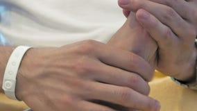 Un uomo sta massaggiando qualcuno piede del ` s archivi video