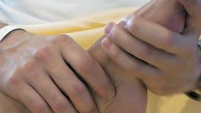 Un uomo sta massaggiando qualcuno piede del ` s stock footage