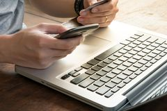 Un uomo sta pagando acquisto online facendo uso dell'applicazione dello smartphone Fotografia Stock Libera da Diritti