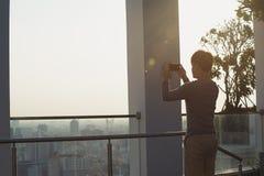 Un uomo sta prendendo le immagini dal telefono cellulare fotografie stock libere da diritti
