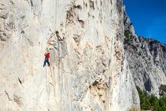 Un uomo sta preparandosi per scalare su una roccia Fotografia Stock