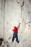 Un uomo sta preparandosi per scalare su una roccia Immagini Stock