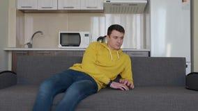 Un uomo sta riposando sullo strato stock footage