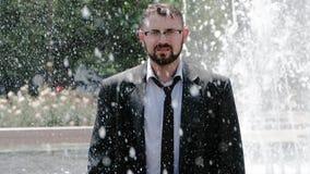 Un uomo sta stando in fontana ed appena sta respirando, essendo pieno di tristezza e di disperazione video d archivio