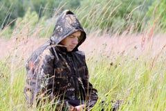Un uomo sulla caccia fotografia stock