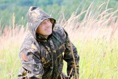 Un uomo sulla caccia fotografie stock libere da diritti