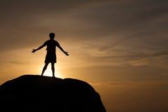 Un uomo sulla roccia Immagini Stock Libere da Diritti