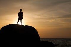 Un uomo sulla roccia Fotografia Stock Libera da Diritti
