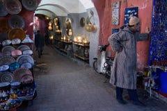 Un uomo sulle vie di Marrakesh morocco Immagine Stock Libera da Diritti