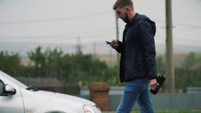 Un uomo tiene un telefono in sua tasca video d archivio
