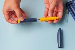 Un uomo tiene una siringa per l'iniezione sottocutanea delle droghe ormonali nel protocollo di IVF & nel x28; fertilization& in v Fotografia Stock Libera da Diritti