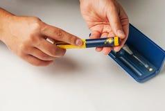 Un uomo tiene una siringa per l'iniezione sottocutanea delle droghe ormonali nella fecondazione in vitro di protocollo di IVF Immagini Stock Libere da Diritti