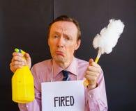 Un uomo triste con il segno intorno al suo collo infornato, tenute il deterge Fotografie Stock