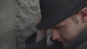 Un uomo in un cappello ed in un cappotto archivi video