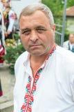 Un uomo in un costume bulgaro nazionale ai giochi di Nestenkar, Bulgaria Fotografie Stock