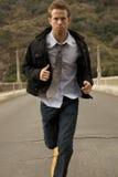 Un uomo in un legame che Sprinting Fotografie Stock Libere da Diritti