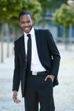 Un uomo in un vestito all'esterno Fotografia Stock Libera da Diritti