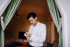 Un uomo in una camicia bianca fotografie stock libere da diritti