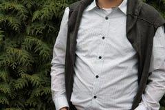 Un uomo in una camicia bianca del pois Immagini Stock Libere da Diritti