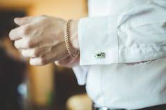 Un uomo in una camicia con un braccialetto Immagini Stock Libere da Diritti