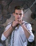 Un uomo in una camicia ed in un legame bianchi rompe la catena Fotografie Stock Libere da Diritti