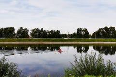 un uomo in una canoa sul fiume fotografia stock
