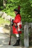 Un uomo in uniforme di un soldato britannico della guerra rivoluzionaria nel parco storico nazionale dell'uomo di minuto fotografie stock libere da diritti