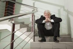 Un uomo in uno smoking su una scala del metallo Immagine Stock Libera da Diritti