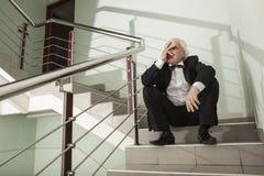 Un uomo in uno smoking su una scala del metallo Fotografie Stock Libere da Diritti