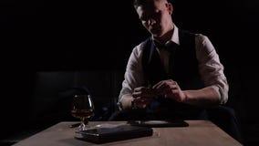 Un uomo in un'usura convenzionale che prende cocaina attraverso una banconota in dollari archivi video
