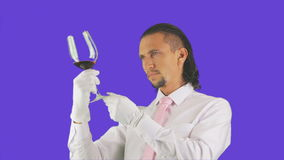 Un uomo versa il vino e la bevanda archivi video