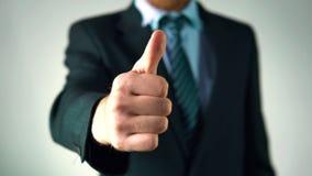 Un uomo veste un vestito elegante oggetti di affari Uomo di affari regola il rivestimento stock footage