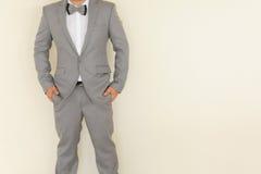 Un uomo in vestito grigio fotografia stock libera da diritti