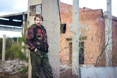 Un uomo in un vestito protettivo sui precedenti di vecchia costruzione crollata Fotografia Stock