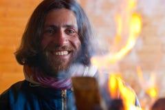 Un uomo vicino ad un fuoco Fotografie Stock Libere da Diritti