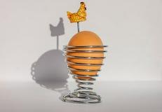 Un uovo cucinato marrone della prima colazione del pollo in portauovo a spirale d'argento isolato su priorità bassa bianca Immagi Immagine Stock Libera da Diritti