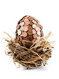 Un uovo eurocent nel nido dell'uccello Immagine Stock