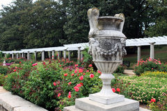 Un'urna di pietra ornamentale nel giardino italiano fotografia stock libera da diritti