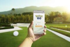 Un usuario de Android firma para arriba Pokemon va al aire libre Foto de archivo