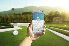 Un usuario de Android firma para arriba Pokemon va al aire libre Imágenes de archivo libres de regalías