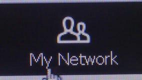 """Un utente clicca sopra """"l'icona di Linkedin della mia rete """"per collegarsi con altri utenti nella comunità sociale di media stock footage"""