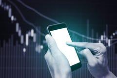 Un utilisant le smartphone pour l'analyse de données commerciales images stock
