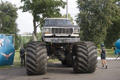 Un véhicule avec de grandes roues Photo libre de droits