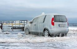 Un véhicule couvert de couche de glace Images stock