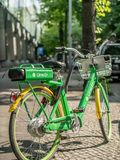 Un vélo électrique de chaux-e sur un trottoir à Berlin, Allemagne images libres de droits