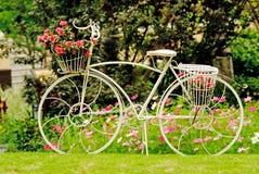 Un vélo dans un jardin Image libre de droits