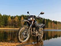 Un vélo et un lac Images libres de droits