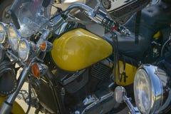 Un vélo fait sur commande jaune à un rassemblement Image stock
