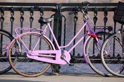 Un vélo rose dedans   Photographie stock libre de droits